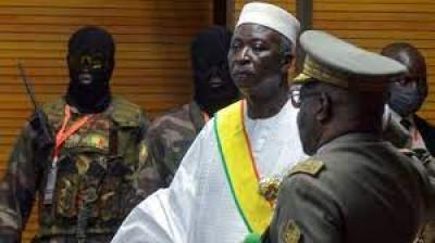 Mali : Amnesty réclame la libération de Bah N'Daw et Moctar Ouane, toujours assignés à domicile