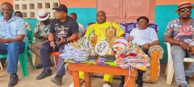 Côte d'Ivoire : Bouaké, profitant de la présence massive de jeunes à un tournoi de football, un cadre les sensibilise sur le port de casque