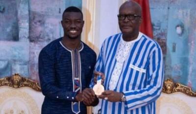 Burkina Faso : Jeux Olympiques de Tokyo, Hugues Fabrice Zango présente sa médaille au président Kaboré