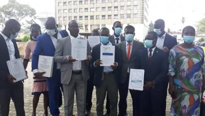 Côte d'Ivoire:    Les Docteurs non recrutés manifestent devant la Tour C et exigent la suppression des auditions car elles ne sont pas des soutenances bis