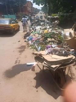 Cameroun : Yaoundé croule sous le poids des ordures alors que pointe la CAN