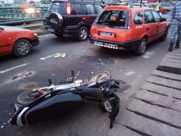 Côte d'Ivoire: À la Riviera, grave collision entre une moto et un taxi, le motocycliste transféré d'urgence