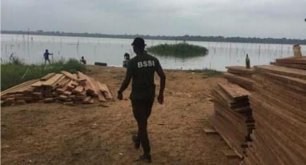 Côte d'Ivoire : Adjin, faute de moyens nautiques, environ 2000 planches saisies par la BSSI stockées sur une rive