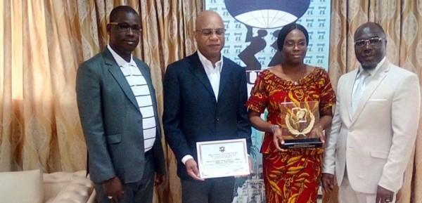 Côte d'Ivoire: Bouaké, pour démontrer la perspicacité de son temple, un enseignant de l'UAO présente son prix d'excellence reçu