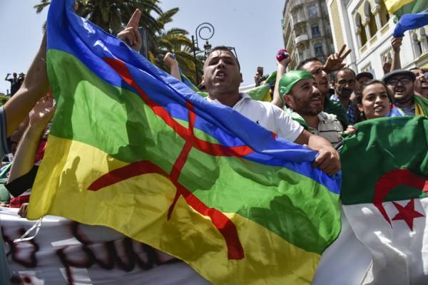 Algérie: Un an de prison 22 manifestants qui avaient brandi un drapeau berbère
