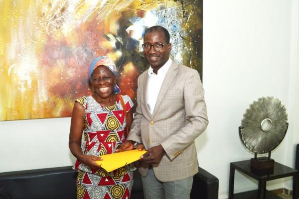Côte d'Ivoire: Dominique Ouattara offre 3 millions F CFA à la comédienne Amoin pour ses soin...