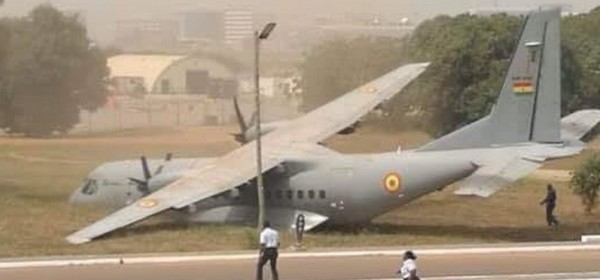 Ghana : Sortie d'un avion militaire de l'aire de trafic