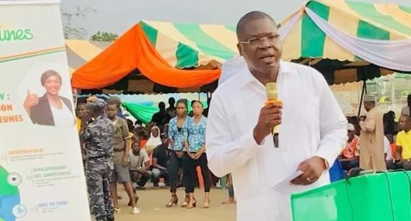 Côte d'Ivoire : Octroyant des chèques aux jeunes du Lôh Djiboua,  Amédée Kouakou, « Nous serons à vos côtés pour gérer vos projets