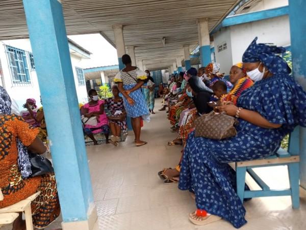 Côte d'Ivoire : Abobo, les conditions réunies pour la propagation du COVID-19 à l'Hôpital général Abobo Sud, les malades entassés sur les bancs dans l'espoir d'être reçus