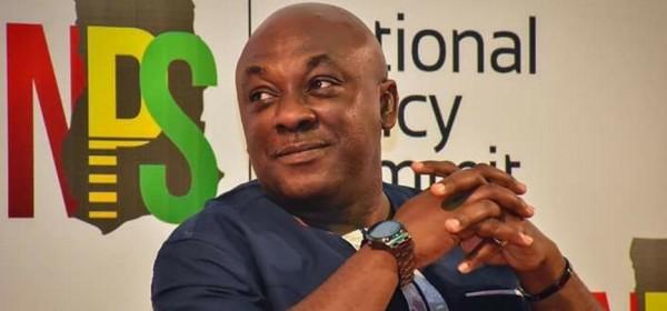 Ghana :  La Covid-19 fait chuter le ministre Carlos Ahenkorah du gouvernement