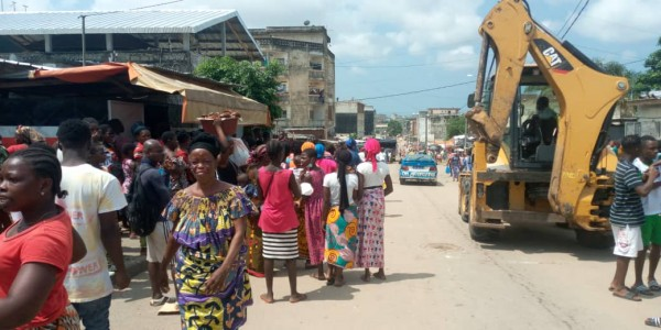 Côte d'Ivoire : A Yopougon, la destruction des commerces au centre de tensions, une conseillère municipale aux prises avec des agents de la mairie