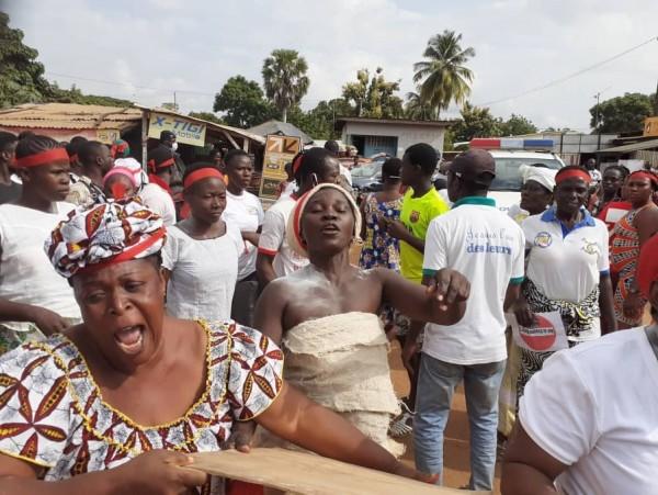 Côte d'Ivoire : Toumodi, manifestation contre le 3ème mandat de Ouattara, le Commissaire et le Commandant de Brigade hués par des femmes de l'opposition