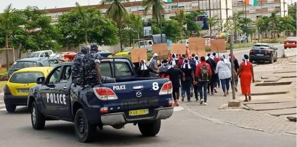 Côte d'Ivoire :  Cocody, un groupe de jeunes femmes manifeste à Saint-Jean pour dire non au 3ème mandat de Ouattara avant d'être dispersé
