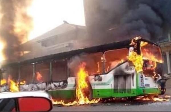 Côte d'Ivoire : Des casseurs incendient un bus à Faya