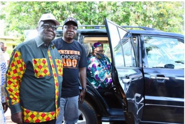Côte d'Ivoire : Scrutin apaisé dans le Loh-Djiboua, le chef de l'Etat offre un véhicule au chef des chefs pour la sensibilisation