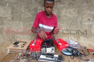 SIERRA LEONE : Dj focus, lÂ'artiste de 15ans qui anime des émissions grà¢ce à sa station de radio quÂ' il a conçu