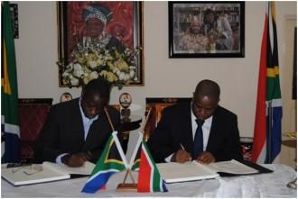 Ghana : Décès de Mandela, Koné Katinan présente les condoléances de Gbagbo  à lÂ'Ambassade Sud-Africaine à Accra
