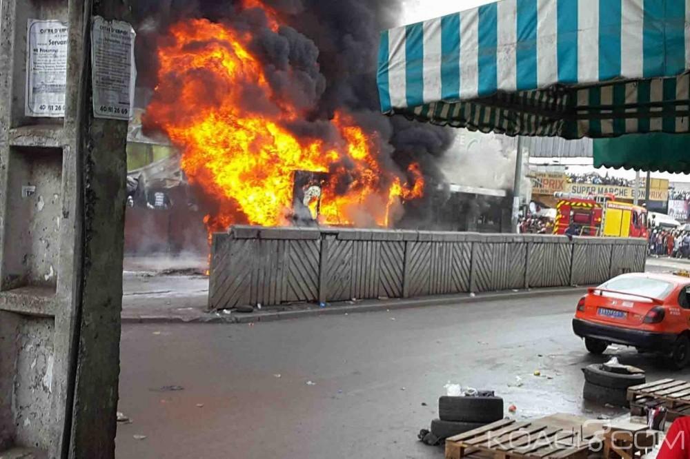 Côte d'Ivoire: Adjamé, un bus articulé de la Sotra en feu en face de la Grande mosquée