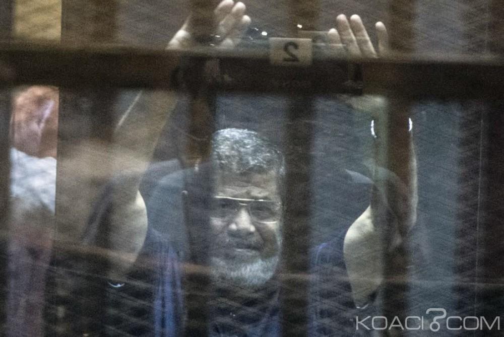 Egypte: Mohamed Morsi échappe à la peine de mort