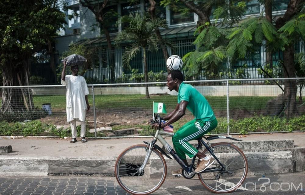 Nigeria: Un footballeur parcourt  103 km à vélo avec un ballon sur la tête