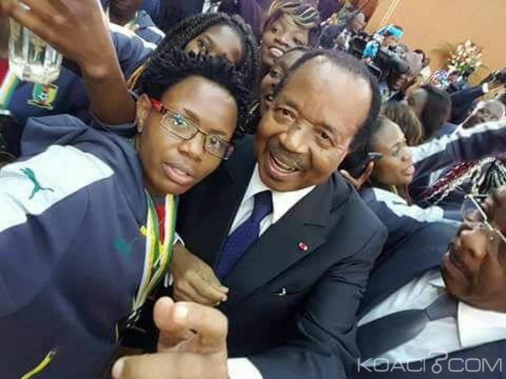 Cameroun: Sous le regard des ministres hostiles aux réseaux sociaux,  Biya se met en mode selfie et enflamme la toile