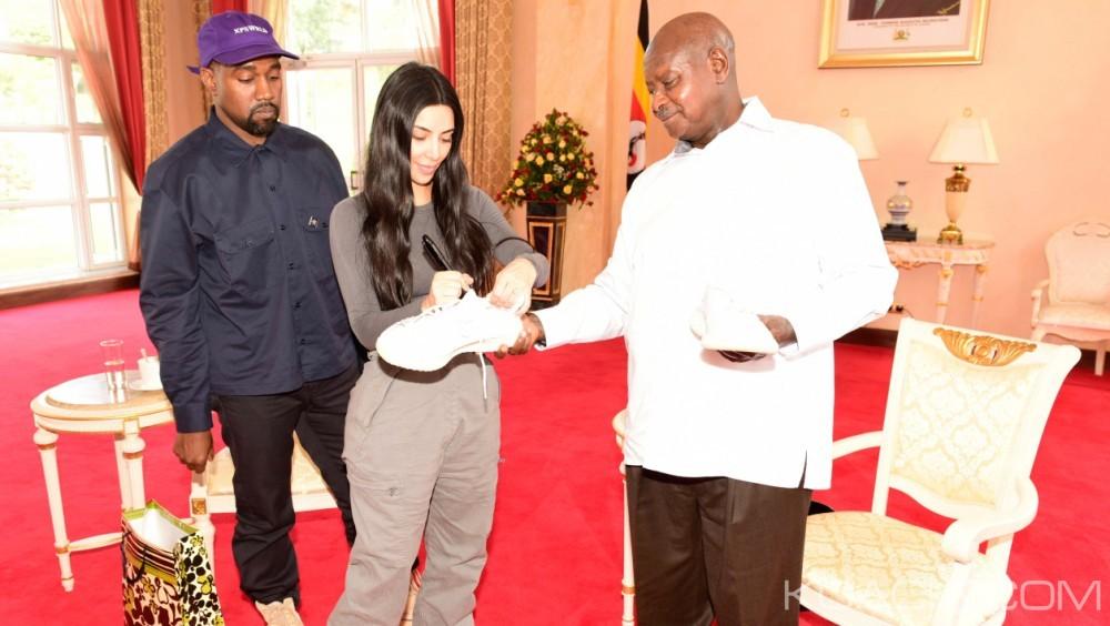 Ouganda :  Le rappeur américain Kanye West fait cadeau d'une paire de tennis à Museveni