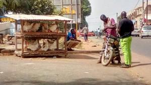 Côte d'Ivoire : À quelques heures du nouvel an, les vendeurs de poulets de bord de route en attente de clients